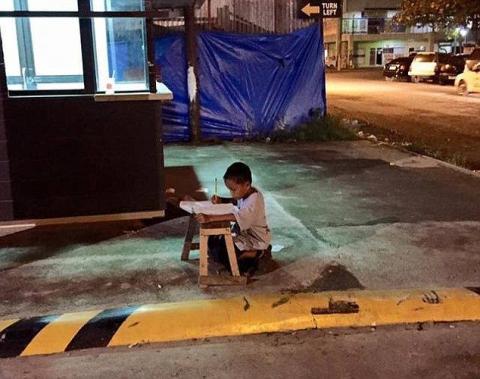 【画像】家に照明が無くてマクドナルドから漏れる明りで宿題をする少年が話題に