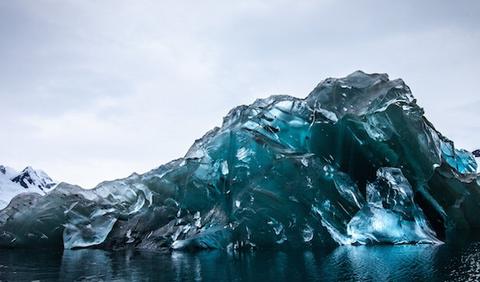 【画像】南極でクリスタルみたいな氷山が発見され話題に!