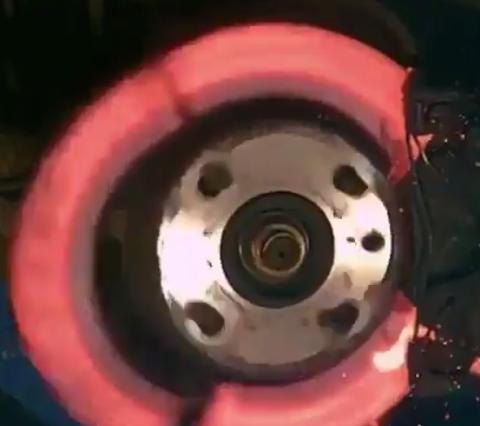 【動画】ブレーキディスクが限界を超えるとこうなる…