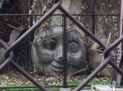 【画像】散歩中にトーマスの墓場を見つけてしまった…