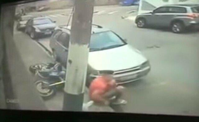 【動画】 パトカーに追われているバイカーが驚きの方法で警官を撒く!!