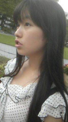 髪のアクセサリーが素敵な佐々木彩夏さん