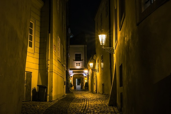 alley-3927003_960_720