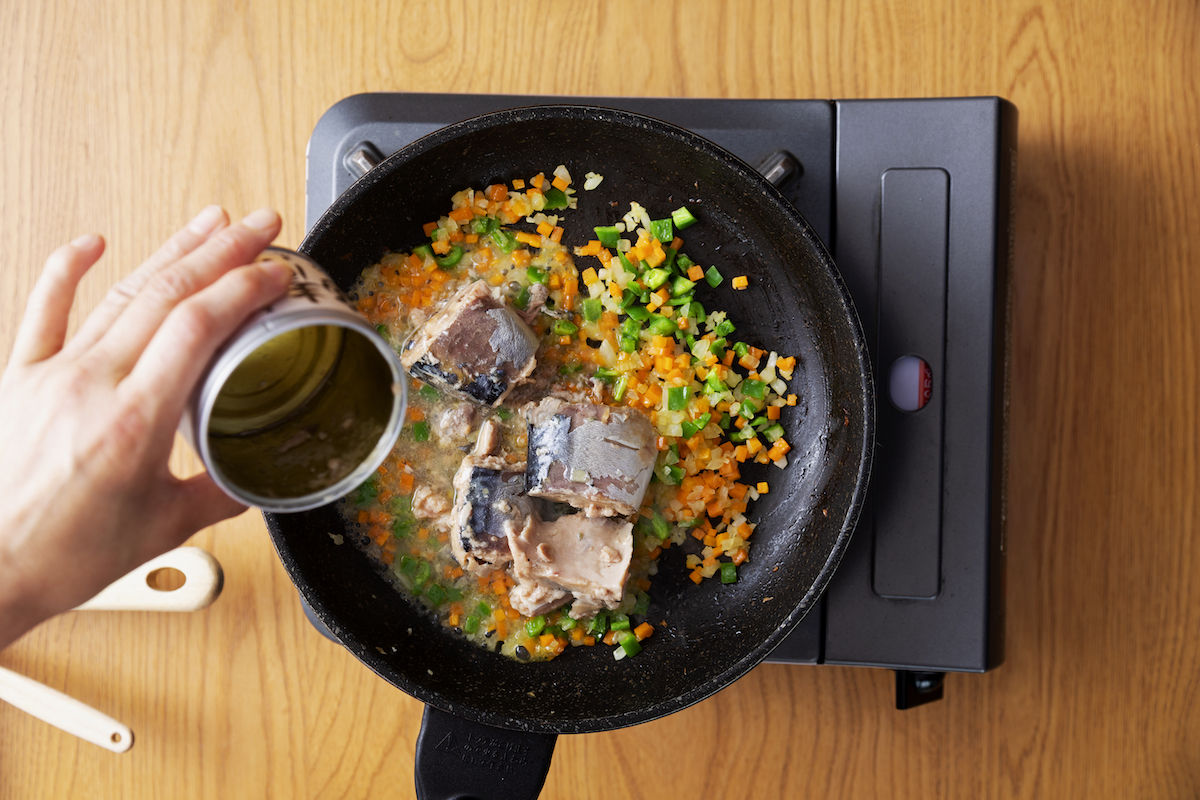 ②フライパンにオリーブオイルを引き、①を妙める。火を弱めたら、缶詰のさばの水煮を汁ごと入れて、力レー粉、ケチャップを加える