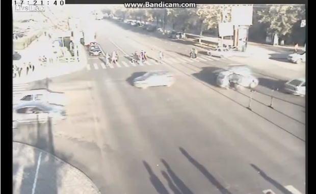 車がひっくり返る程のスピードで事故をおこすバイク。