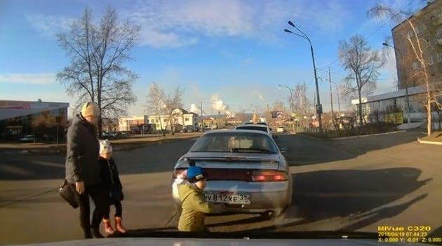 【動画】 危機一髪!!鼻先をかすめるように車が通過するニアミス!!