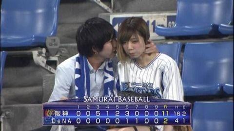 人気アイドルメンバーが野球場でのラブラブデートを生中継されてしまうwww