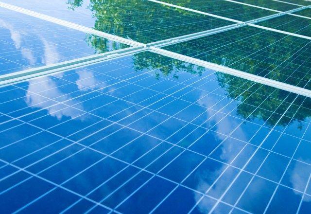 経産省「国民の電気代が高くて大変そうだから、太陽光発電の買取価格を半分以下に引き下げるわ」