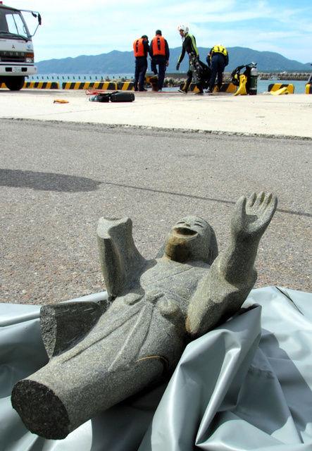 【画像あり】和歌山の港で、右手と下半身が取れた女が引き揚げられる