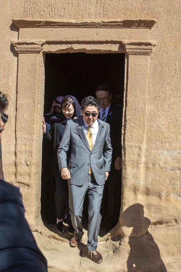 【画像】安倍晋三 訪問先のサウジアラビアでマフィアのボスに転職wwwwwwwwwwwww