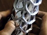 アルミ缶を指で凹ませる職人の技が凄い。どんだけ器用なんだこのひと。
