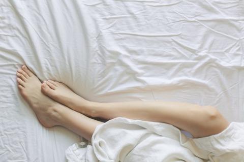 bed-bedroom-blanket-545015-1-600x399