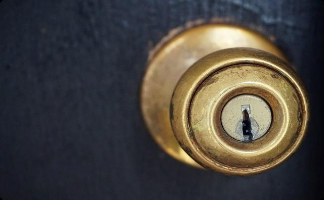 【ガチで恐怖...】独身の頃、一人暮らししていた母が突然夜中に目が覚めた → 母「......玄関の鍵かけたっけ?」→ 戦慄の出来事…