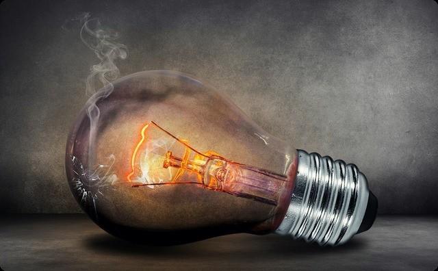【恐怖...】俺「照明はつくのに、テレビがつかないんです」 電気屋「ネズミがかじったかのかな?天井裏見てくるわ」→電気屋「うわああああ!!」俺「なに?」→ すると・・・