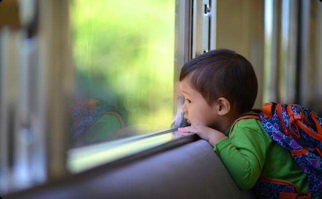 電車に乗っている子供