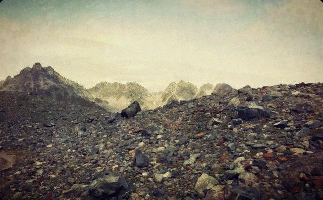登山中に休憩していると、腰をかけている石の下から『ギリギリ』と音が... → 俺「何だろう?」→ そこには恐ろしいものがあり、背筋が凍った・・・