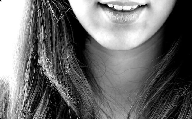 微笑する女