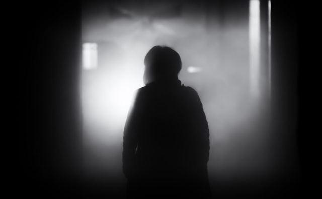 暗がりの女性