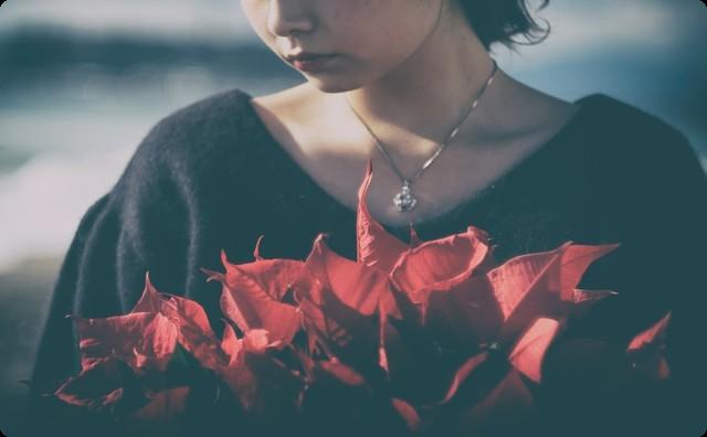 花を抱く女性