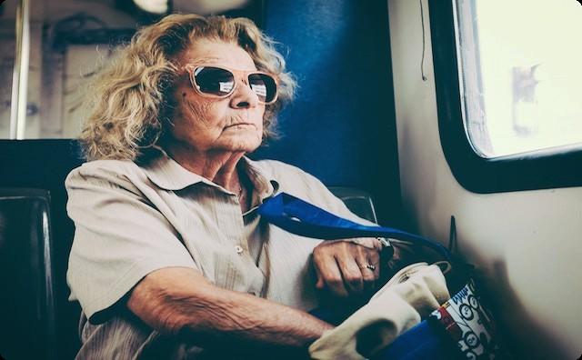 バスに乗るおばさん