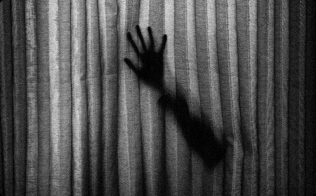 カーテン越しの腕