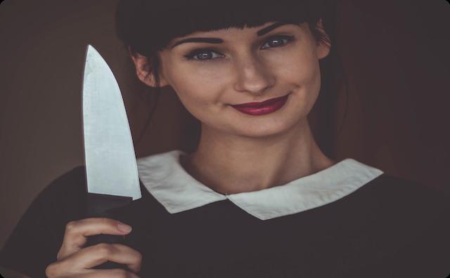 ナイフを持つ女