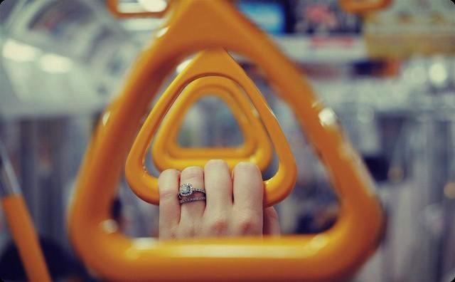 彼女と電車に乗っていると、痴漢されている女性を発見! → 彼女「行け行け...」俺「仕方ねえなあ...」→ 俺「(*´Д`)ハアハア...」