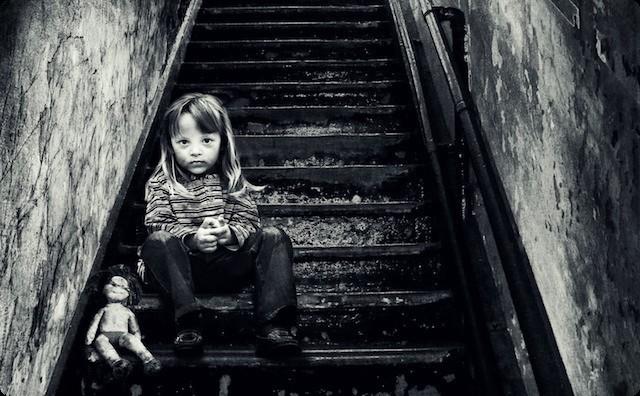 階段の女の子