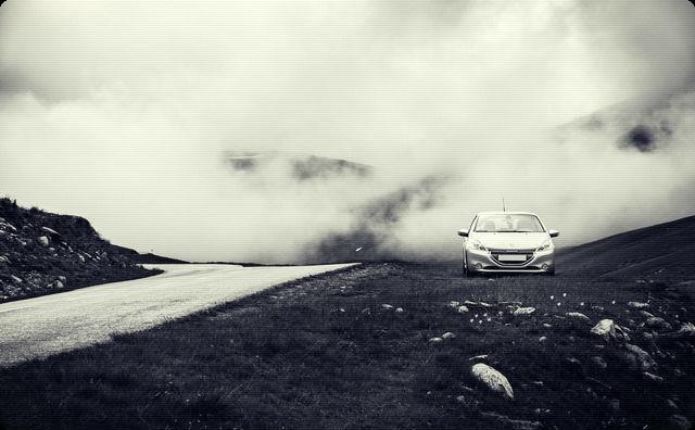 山道の自動車