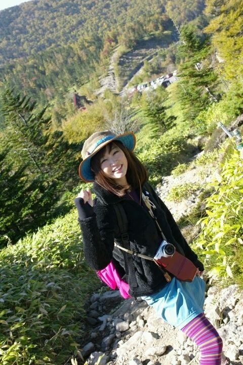 登山用の私服姿の新井恵理那