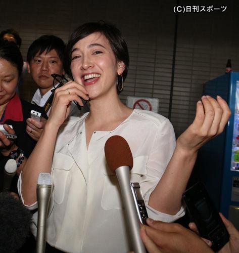 成田空港でおもてなしポーズを見せ、照れる滝川クリステル
