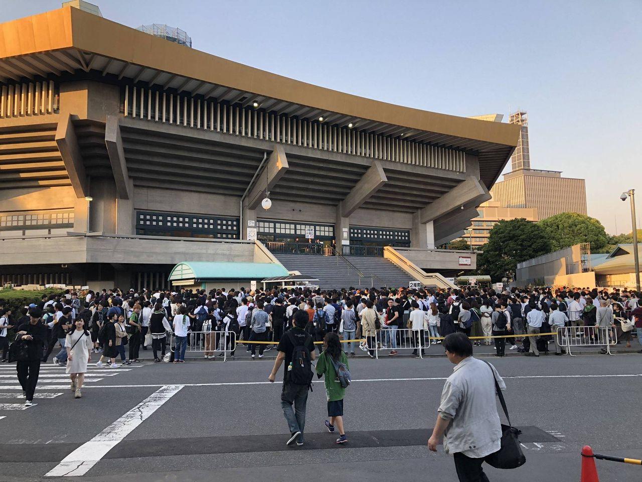 【欅坂46】武道館ライブの音漏れを聴きに集まったファンの数→