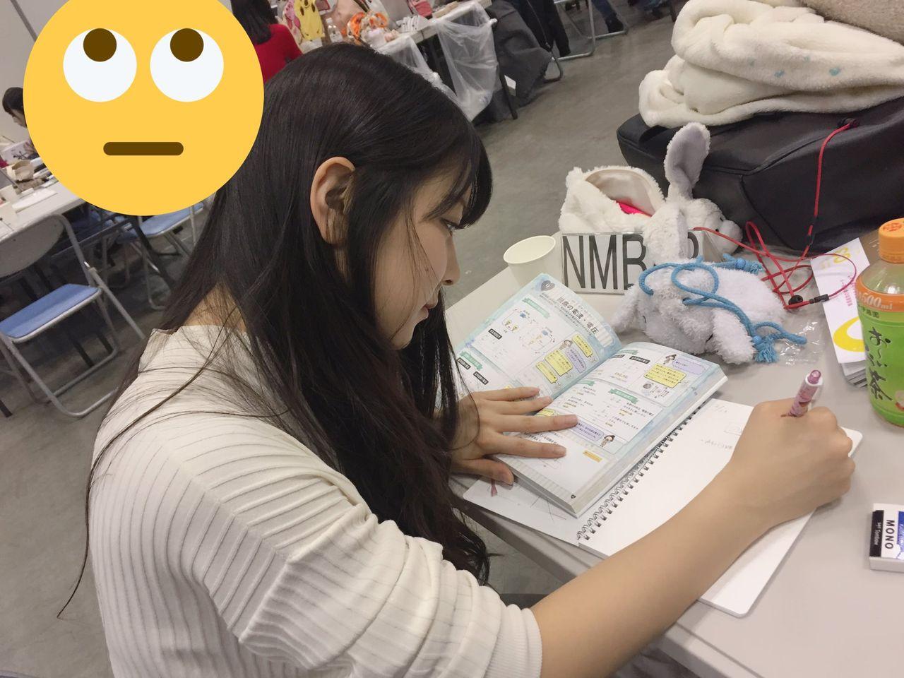 握手会の合間に勉強するリケジョ白間美瑠 @AKB48春祭り