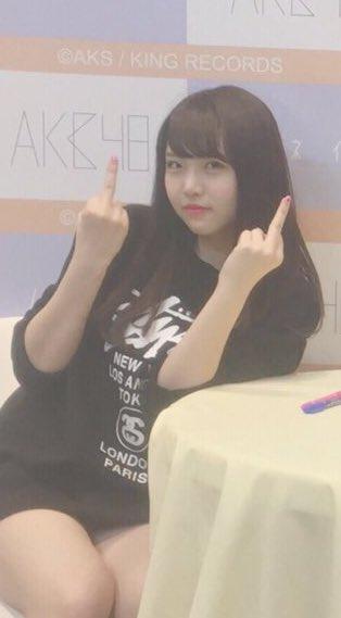 【悲報】NMB48、NGT48のメンバーが写メ会でFuckポーズ【植村梓・中井りか】