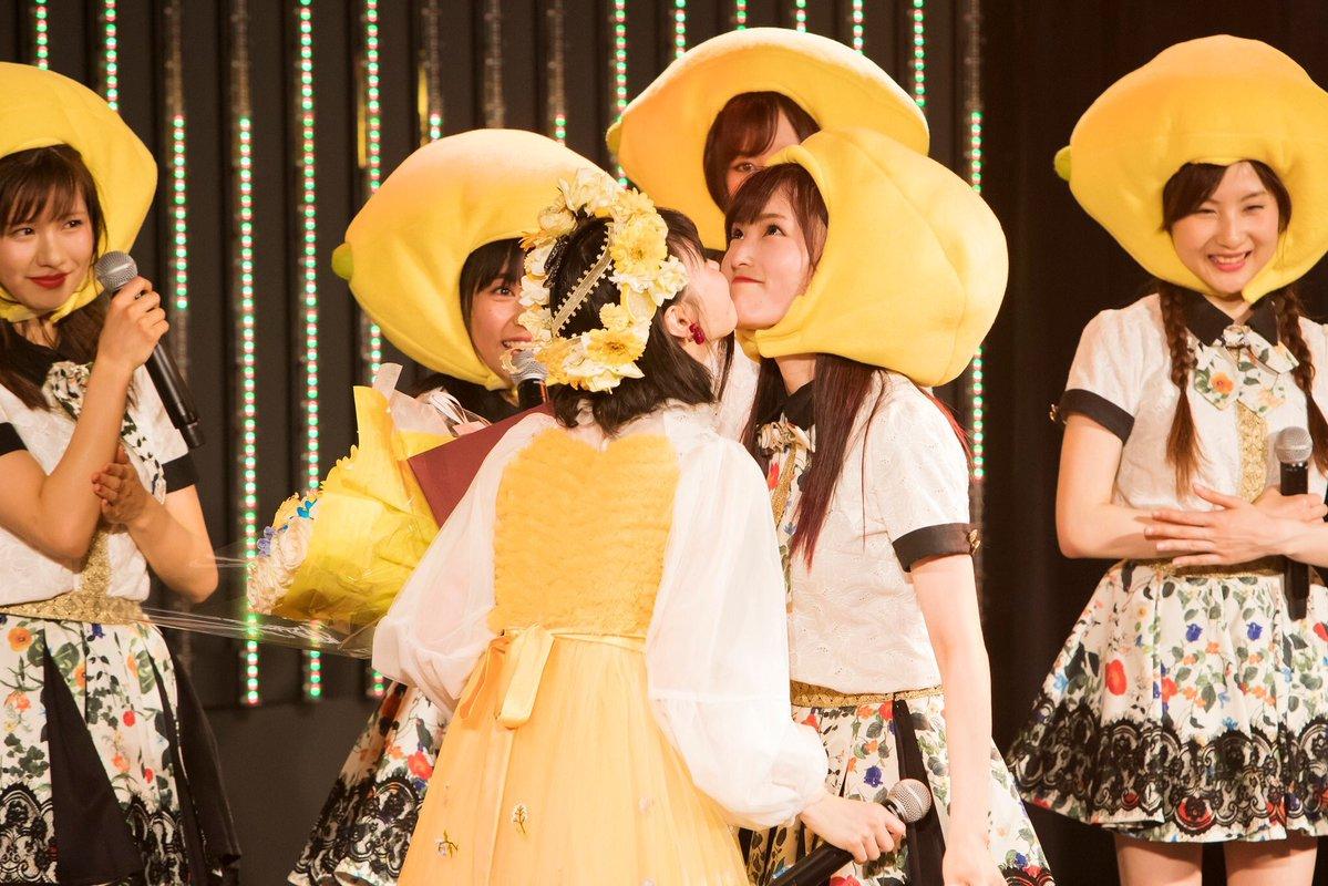 【朗報】NMB48山本彩と市川美織、熱いアゴキッスを交わす