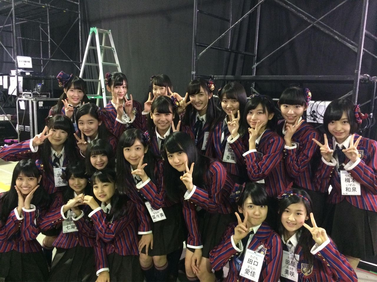 【AKB48】16期生の集合写真にあの大先輩が・・・・