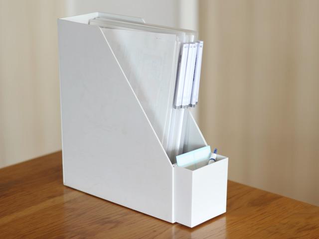 早速ファイルボックスにつけてみました。 インデックス付きクリアファイルの入った、縦型のファイルボックス。