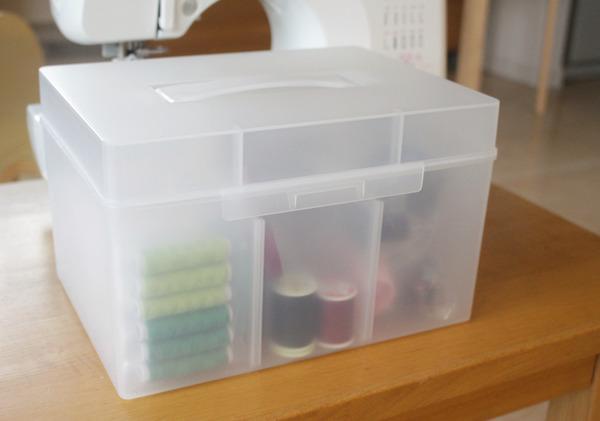 ミシンの小物類は、無印の救急箱(大)に入れてます。 なので私の中で、これとミシンはいつもセット。
