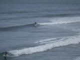 寒い中サーファー