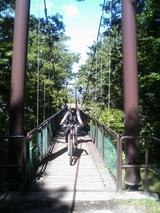 釣橋を渡る