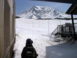 望む旭岳は雪が・・・