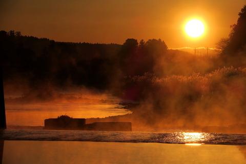 朝日と川霧!(朝日の昇る大地)