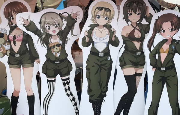 『ガールズ&パンツァー』女の子たちが服を脱いで水着が見えてるエロイラストのパネル!のサムネイル画像