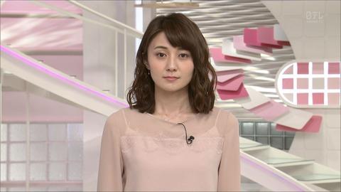ニュースの時のふとした表情を見せる久野静香