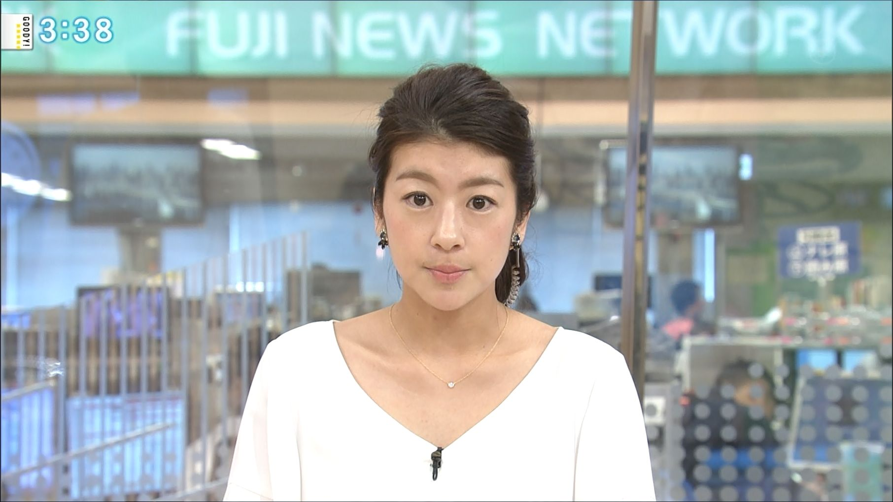 白いトップスで真面目な表情でニュースを読むアナウンサー、生野陽子