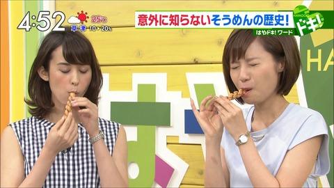 食べる伊東楓アナ