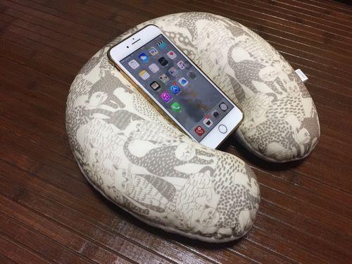 『iPhone7 Plus』を膝の上で使うのにピッタリ!「3COINS」のネックピロー