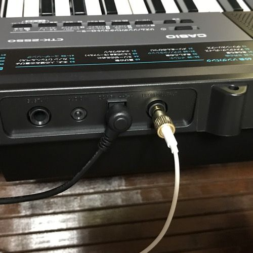 カシオ電子キーボードイヤホン接続写真
