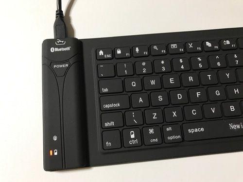 巻けるキーボード充電中写真