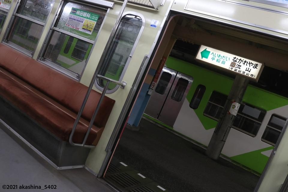 流山駅1番線に停まる電車の車内からホームを見る